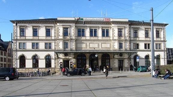 Blick auf den Haupteingang eines Bahnhofsgebäudes
