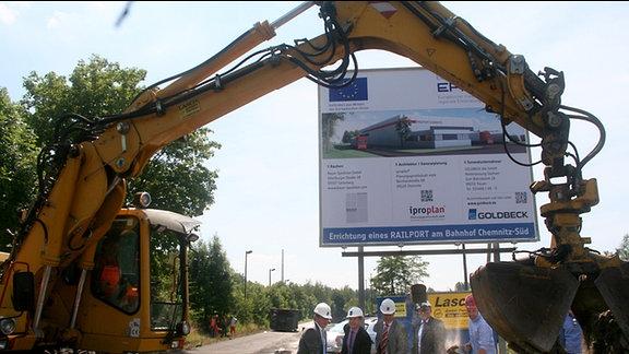 Der erste Spatenstich für den neuen Railport auf dem ehemaligen Güterbahnhof-Chemnitz-Süd erfolgte mit dem Bagger.  Bis Ende März 2015 soll die neue Umschlaghalle mit Bürogebäude fertig sein