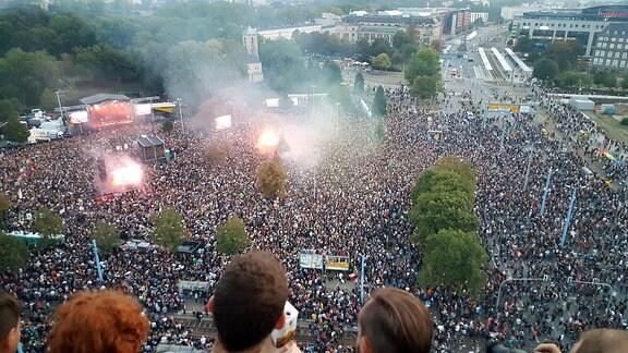 """Zehntausende Menschen auf dem Platz neben der Chemnitzer Johanniskirche zum Konzert """"Wir sind mehr"""""""