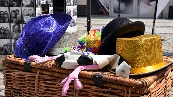 verschiedene Hüte auf einem Korb