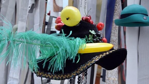 ein Hut gesckmückt mit Früchten