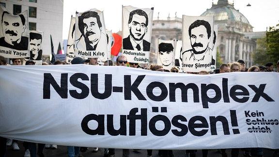 Mehrer tausend Menschen, unter Ihnen Angehoerige der Opfer der rechtsextremen Terrorgruppe NSU protestiern nach der Urteilsverkündung im NSU-Prozess