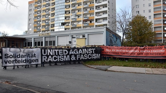 "Banner gegen Rassismus vor dem ehemaligen rechten Jugendclub ""Piccolo"""
