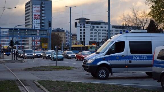 Ein Stau vor einer Kreuzung, die durch Polizeifahrzeuge gesperrt ist