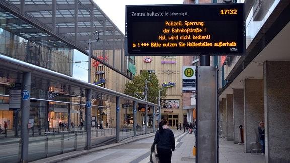 """Ein Hinweisschild an einer Straßenbahnhaltestelle: """"Polizeil. Sperrung der Bahnhofstraße. Hst. wird nicht bedient!"""""""