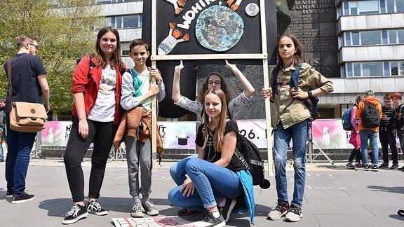 """Fünf Schüler halten ihr Plakat mit der Frage """"Wohin?"""" auf der Fridays for Future Demo in Chemnitz."""