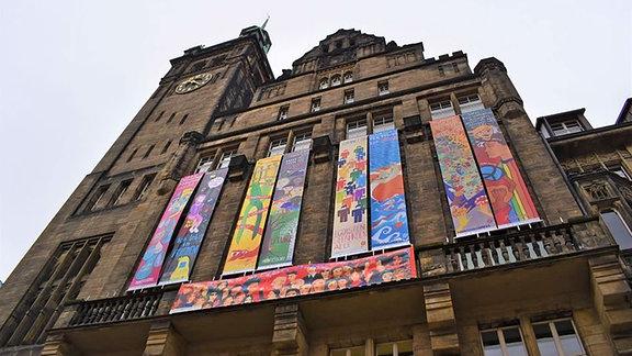 Bunte Banner hängen am Chemnitzer Rathaus