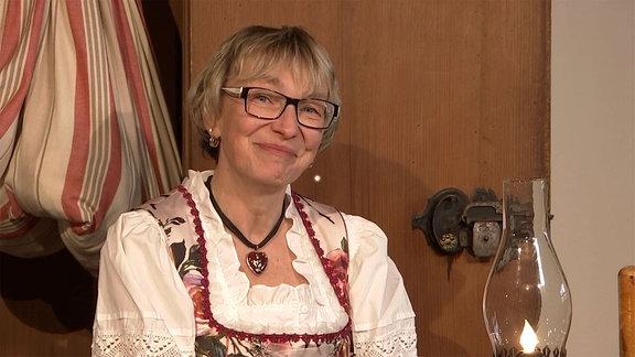 Carmen Krüger schaut lächelnd in die Kamera.