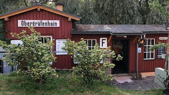 """Gebäude des ehemaligen Haltepunktes von Obergräfenhain im Garten des """"Prellbocks"""""""