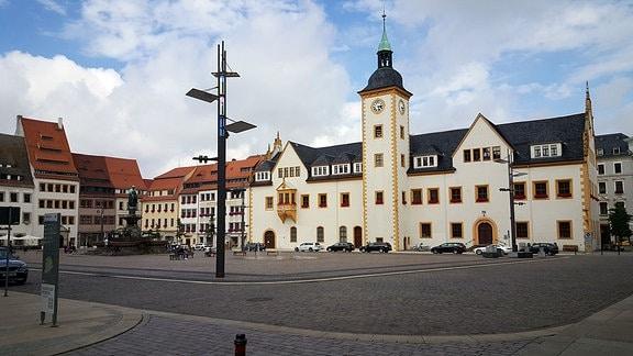 Der Marktplatz in der Freiberger Altstadt mit Blick auf das Rathaus