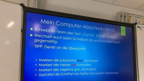 Großer Bildschirm mit Anweisungen