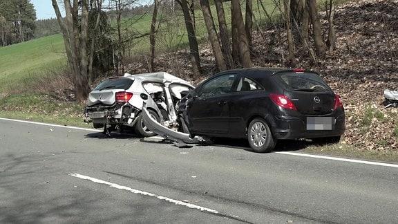 Zwei Autos stehen nach einem Unfall im Straßengraben
