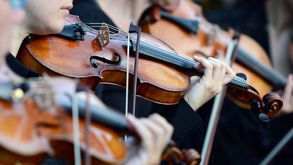 Violinisten spielen bei einer Opernaufführung