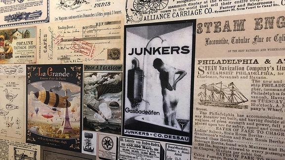 Alte Plakate an einer Wand.