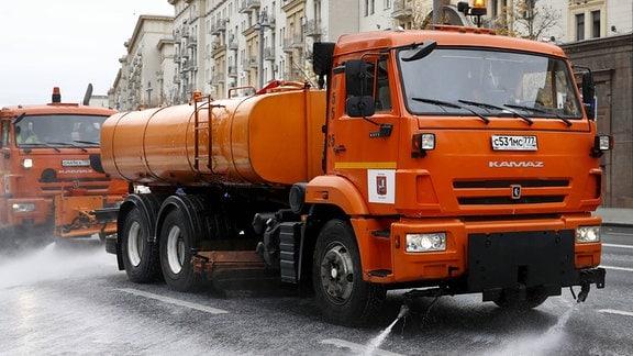 LKWs sprühen auf eine Straße