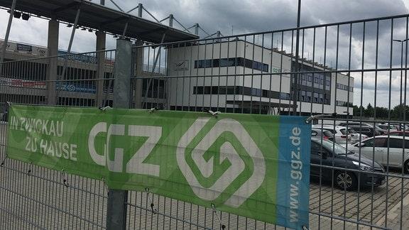 Blick durch und über einen Zaun auf das Fußballstadion in Zwickau-Eckersbach