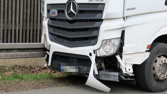 Gegen 13 Uhr kam es auf der A72 zwischen zwickau West und zwickau Ost zu einem Unfall mit einem Lkw. Der Lkw fuhr mehrmals vermutlich wegen gesundheitlicher Probleme des Fahrers rechts und links der Autobahn gegen die Leitplanken bevor er auf dem Standstreifen kurz vor der Brücke in Wilkau-Haßlau an der Leitplanke zum stehen kam . Ein Rettungshubschrauber kam zum Einsatz . Die Autobahn wurde voll gesperrt . Kilometer langer Rückstau bildete sich . Die Feuerwehren aus Reinsdorf , Hirschfeld und Ebersbrunn kamen zum Einsatz um den Tank erst abzudichten und dann umzupumpen . Die Polizei gab 14:50 Uhr eine Fahrspur in Richtung Chemnitz wieder frei