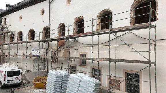 Blick in den Schlosshof. An einem Seitenflügel ist ein Gerüst montiert. Von den Fenstern der oberen Etage sind derzeit nur die dafür vorgesehenen Lücken in der Mauer zu sehen.