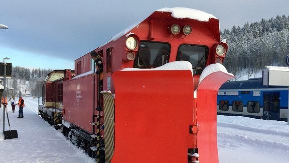 Ein Zug mit einem Schneepflug.