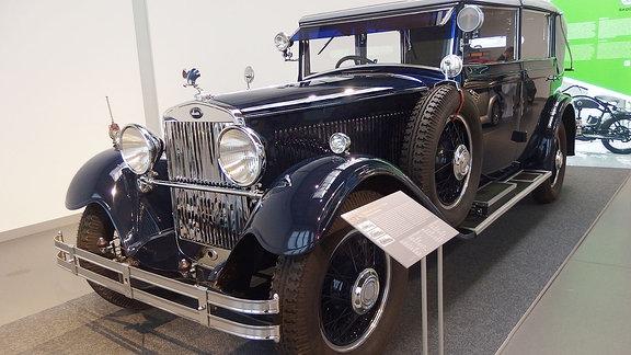 Skoda 860 Cabriolet, Oldtimer von 1932 in dunkelblau.