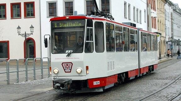 Straßenbahn am Hauptmarkt Richtung Stadthalle in der Altstadt Zwickaus.