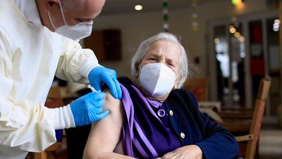 Eine Frau wird geimpft