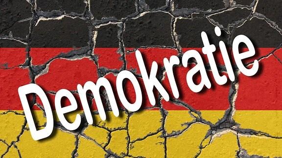 Erodierende Flagge Deutschlands mit dem Schriftzug Demokratie