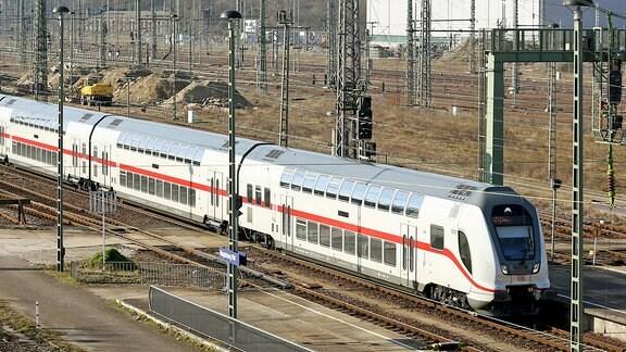 Ein Doppelstockzug der zweiten Generation des InterCity fährt 2016 über die Gleisanlagen vor dem Hauptbahnhof Magdeburg.