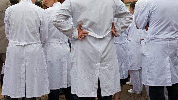 Ärzte in weißen Kitteln