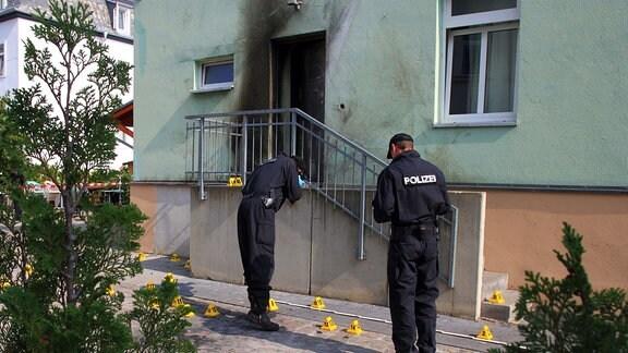 Polizisten sichern Spuren nach dem Anschlag auf eine Moschee in Dresden