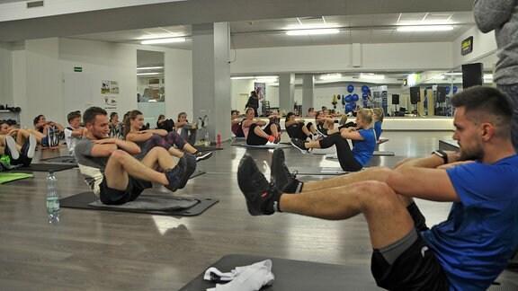 Mitglieder der  Bundespolizei bei Turn- und Fitnessübungen in einem Turnstudio.