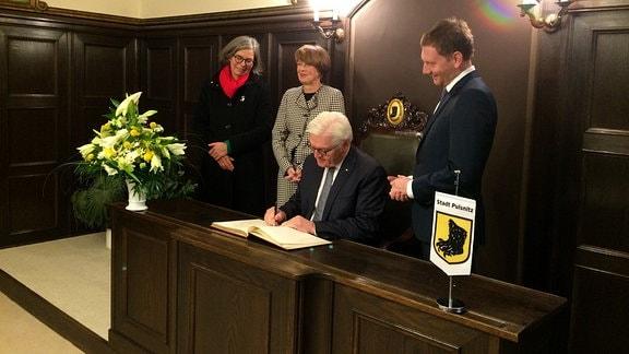 Bundespräsident Steinmeier trägt sich ins Goldene Buch der Stadt Pulsnitz ein