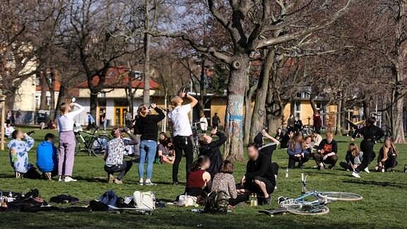 Zahlreiche Menschen haben sich in einem Park versammelt
