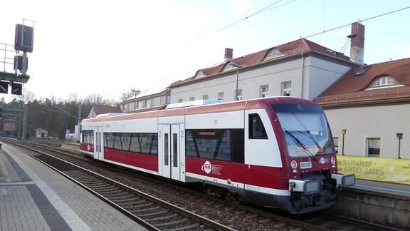 Ein Zug der Hanseatischen Eisenbahn steht auf einem Gleis als Ersatzzug für die Mitteldeutsche Regiobahn.