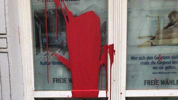 Durch einen Farbanschlag beschädigtes Wahlkreisbüro der Freien Wähler in Dresden.