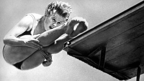 Siegerehrung Kunstspringen 1960: Christiane Lanzke (li.) Ingrid Krämer-Gulbin (beide DDR, Mitte) und Frances Cramp (Großbritannien)