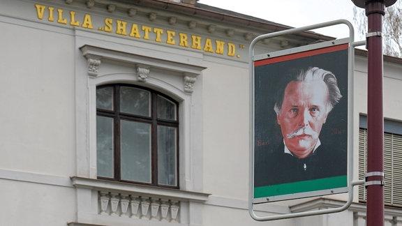 Ein Porträt des Schriftstellers Karl May hängt im sächsischen Radebeul bei Dresden an einer Laterne vor seinem einstigen Wohnhaus und jetzigem Museum.