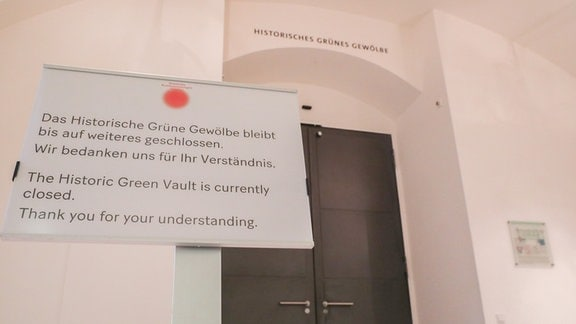 Grünes Gewölbe Dresden Außenansicht, repariertes Gitter, Schließschild