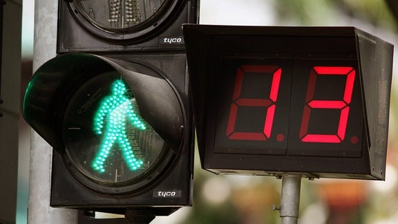 Fußgängerampel mit Zeitangabe