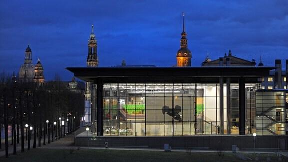 Licht brennt am Donnerstag in Dresden im Saal des 1994 eingeweihten Neubaus des Sächsischen Landtages während der 24. Sitzung. Im Hintergrund sind die Frauenkirche (l-r), Ständehaus, Hofkirche, Schlossturm und Semperoper.