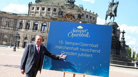 Ein Mann (Roland Kaiser) steht vor einer Tafel auf dem Platz vor der Semperoper in Dresden
