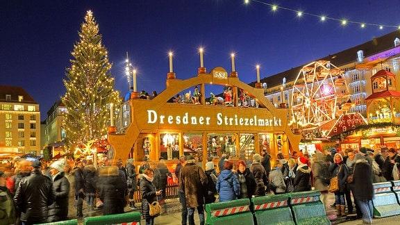 Der Eingang des Striezelmarktes in Dresden.