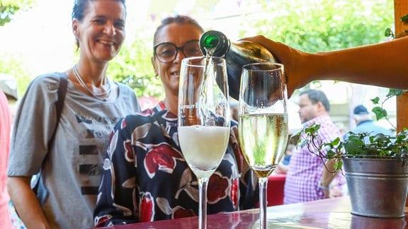Weinfest am Sandböhl Judith Gerlach (l.) und Caterina Lochmann (r.) freuen sich auf ihr Glas Winzersekt.
