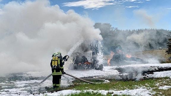 Einsatzkräft der Feuerwehr bei einem Feldbrand.