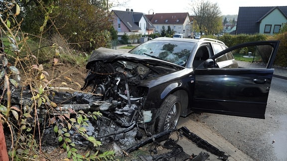Stark zerstörtes Auto nach einem Unfall (Verfolgungsjagd)