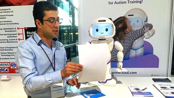 Der Geschäftsführer der Luxemburger Firma LuxAI, Pouyan Ziafati, zeigt auf den High Tech Venture Days in Dresden, wie sein intelligenter Roboter funktioniert
