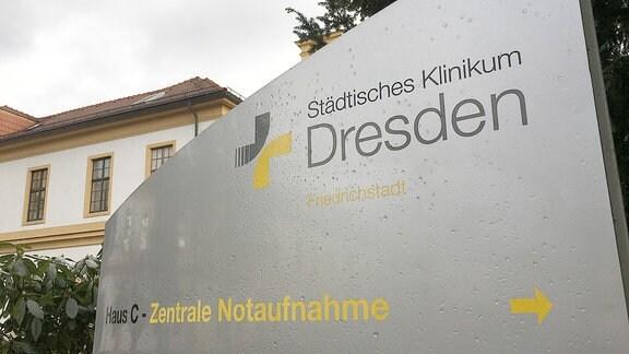 """Ein Wegweiser mit der Aufschrift """"Städtisches Klinikum Dresden Friedrichstadt""""."""