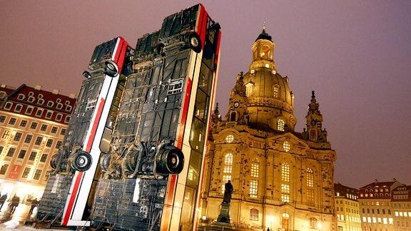 Drei ausrangierte Busse stehen senkrecht vor der Dresdner Frauenkirche.