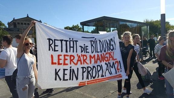 Schüler demonstrieren vor dem Landtag in Dresden für eine bessere Bildungspolitik.