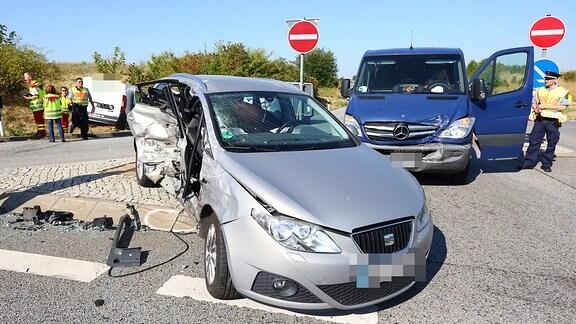 Unfallstelle mit drei Fahrzeugen an einer Autobahnauffahrt